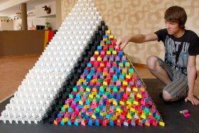 Германия: самая большая пирамида из домино