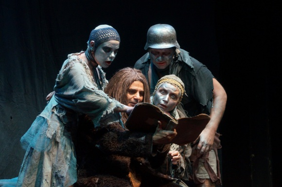 Диоптрии гротеска: театр «У Моста» в Берлине