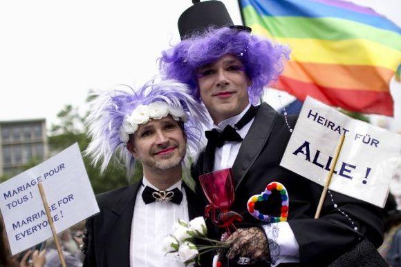 Берлин требует однополых браков