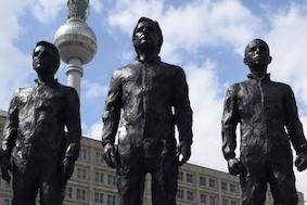В Берлине были представлены статуи Эдварда Сноудена и Джулиана Ассанжа
