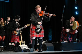 Шотландская волынка и русский граф на сцене Русского Дома