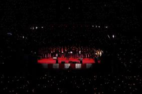 Футбольные фанаты поют под Рождество в Берлине