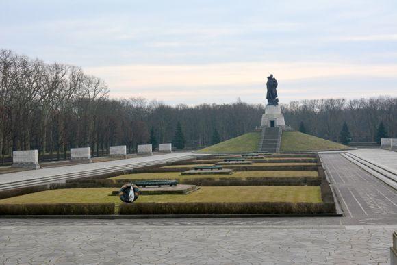 Возложение цветов к памятникам советским воинам