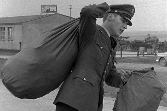 Элвис Пресли в солдатской форме