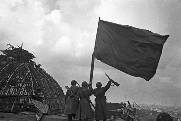 «На рейхстаге реет наше Красное знамя»