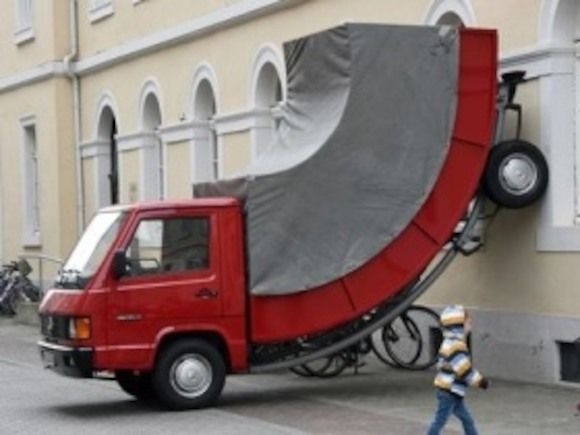 Карлсруэ: скульптуру «Грузовик» оштрафовали за неправильную парковку