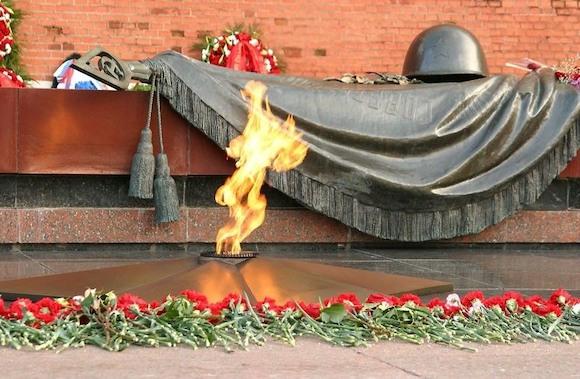 Берлин. Возложением венков и цветов, посвященное Дню Неизвестного Солдата