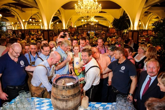 Оторвитесь по полной на Tanz in den Mai в ресторане Hofbräu Berlin!