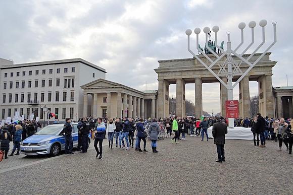 Cамая большая Ханукия в Европе - у Бранденбургских ворот