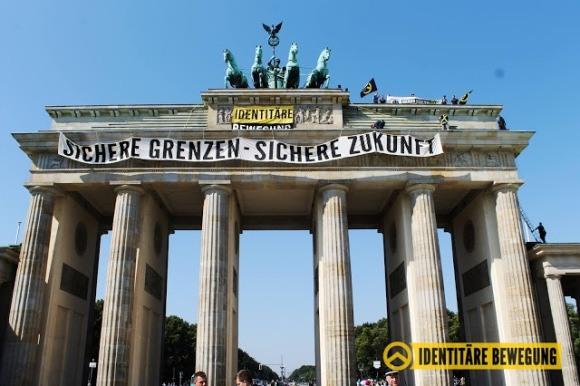 Праворадикалы забрались на Бранденбургские ворота